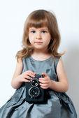 Niña con cámara retro — Foto de Stock