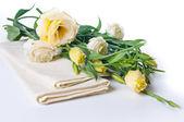 Gele bloemen en linnen servetten — Stockfoto