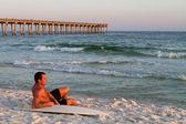 Relaxs surfboarder en la playa — Foto de Stock