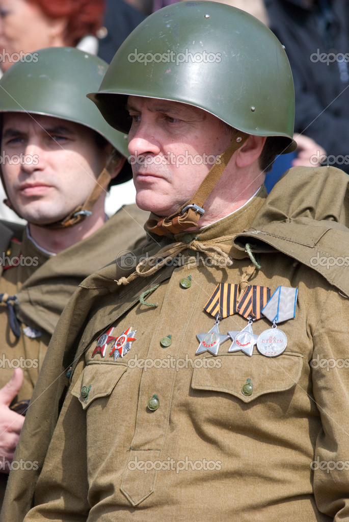 ULAN-UDE, RUSSIA - MAY 9: A group of actors wearing vintage (WWII's period) uniforms wait for their perform on annual Victory Day, May, 9, 2009 — Stock Photo #8019618