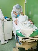 Verpleegkundige bereidt patiënt voor bewerking — Stockfoto