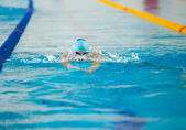 Swimmer swims in water — Stock Photo