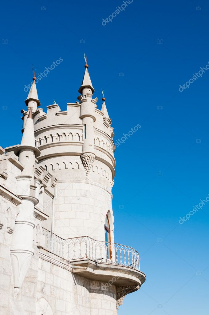 Fantastic castle: Swallow's Nest Castle tower, Crimea, Ukraine, with blue sky and sea on background — Stock Photo #8124238
