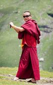 Huddhist monk is taking photos in mountains — Stock Photo