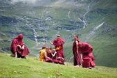 Monaci buddisti riposano sul pendio della montagna — Foto Stock