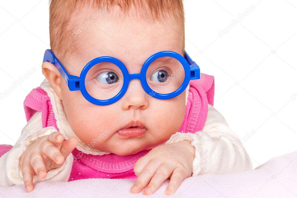 Portrait de bébé drôle avec des lunettes — Photographie jenmax © #9098183