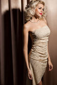 Bella mujer de moda en ropa de color beige — Foto de Stock