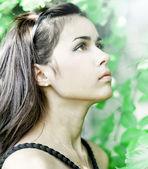Retrato de la joven muchacha hermosa linda anhelo en follaje al aire libre — Foto de Stock