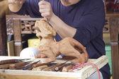 El ile bir heykel yapma sanatçı — Stok fotoğraf