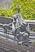 Traditional roof decoration in a Chinese garden — Stock Photo