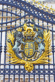 The Royal Seal in Buckingham Palace gate, London, England — Stock Photo