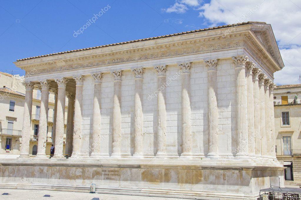 ニーム、フランスのローマの寺院...
