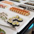 Sushi on plates in a restaurant - 图库照片