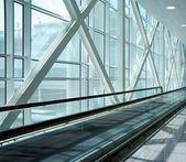 Escaleras mecánicas en edificio moderno. — Foto de Stock