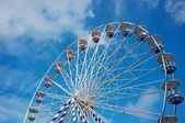 Roda gigante contra o céu azul — Foto Stock