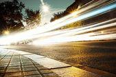 Wagons en mouvement rapides durant la nuit — Photo