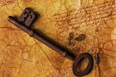 De oude sleutel op de geweven papier — Stockfoto