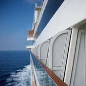Vista lateral de um navio de cruzeiro — Fotografia Stock