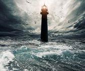 风雨如磐的天空在灯塔 — 图库照片
