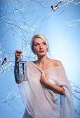 Mulher na floresta de inverno — Foto Stock