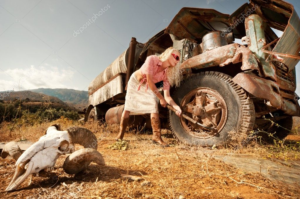 Attractive blond woman near an old truck. — Stock Photo #8602752