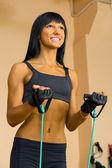 Mooie vrouw doet gymnastiek oefeningen. — Stockfoto