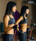 красивая женщина делает упражнения тренажерный зал. — Стоковое фото