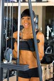 Hermosa mujer está haciendo ejercicios de gimnasio. — Foto de Stock