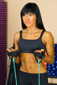 Piękna kobieta jest robienie ćwiczeń siłownia. — Zdjęcie stockowe