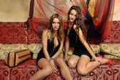Två vackra kvinnor i orientaliska lyxiga interiören. — Stockfoto