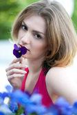 Hermosa mujer que oler la flor — Foto de Stock