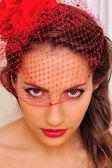 ベールと赤い帽子で美しい女性. — ストック写真