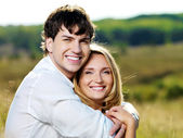 幸福的情侣户外 — Stockfoto