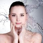 Брызги воды на лице красивая сексуальная женщина — Стоковое фото