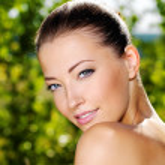 schöne frische weibliches Gesicht im freien — Stockfoto