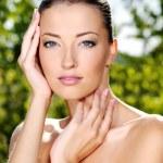 抚摸她的脸上的新鲜清洁皮肤的女人 — 图库照片