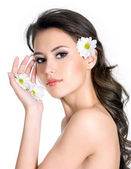 Woman with fresh clean skin of the face and flowers — Stock Photo