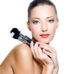 belle jeune femme tenant des pinceaux à maquillage — Photo