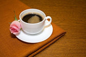 Cup of coffee and of delicate pink roses — Stock Photo