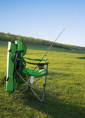 Cadeira pescador e uma vara de pesca. — Fotografia Stock