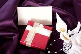 праздничный подарок с букетом и открытка — Стоковое фото