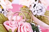Две золотые обручальные кольца на цветы макросъемки — Стоковое фото