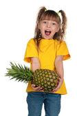 Kleines mädchen mit ananas — Stockfoto