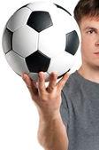 Hombre con balón de fútbol clásico — Foto de Stock