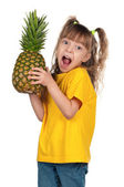 パイナップルと小さな女の子 — ストック写真