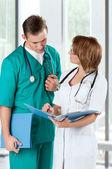 Artsen met een bestandsmap — Stockfoto