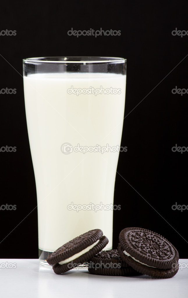 Glass of milk and creme filled cookies — Stock Photo #8975978