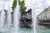 Moscow, Russia - June 14, 2010: Summer day. Peoples walk near the Fountain — 图库照片
