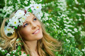 Portrait of the young smiling beautiful woman outdoors — Stock Photo