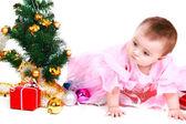 Pequeno Papai Noel com presente em um fundo branco — Fotografia Stock